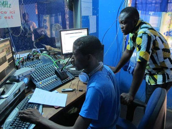 Bonjour à tous, aux futurs bénévoleset stagiaires, à ceux qui sont décidés et à ceux qui hésitent encore à partir en tant que reporter à l'étranger ! Je rentre tout juste d'un mois de stage journalisme dans une radio locale de la villede Kpalimé au Togo (Afrique de l'ouest). Etre reporter à l'étranger: très enrichissant …