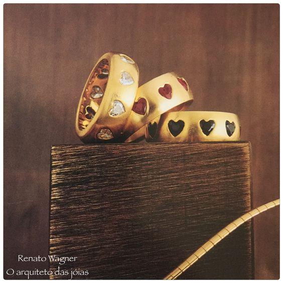 Alianças em ouro amarelo com corações de brilhantes ,rubis e safiras