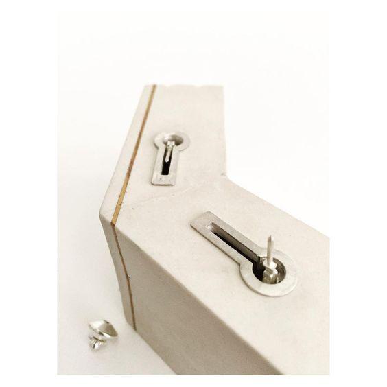 Pilar Cotter - System obssesion , lo que no se ve siempre es importante, sistema de pin móvil, de la pared al cuerpo..... #contemporaryjewelry