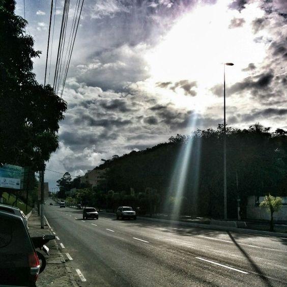 Sol entre nuvens