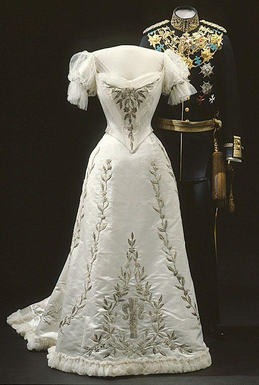 Evening dress of Queen Victoria of Sweden, 1906