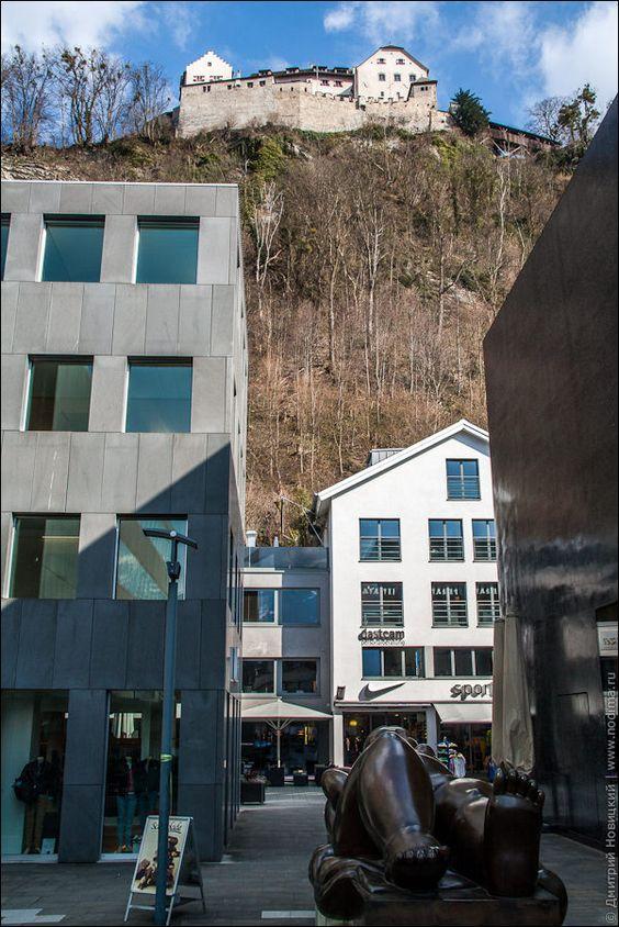 Скульптура дамы с пышными формами в Лихтенштейне