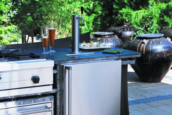 Certains amateurs de bière qui reçoivent fréquemment des invités vont jusqu'à installer un distributeur de bière en fût dans leur cuisine extérieure. Ce modèle Viking coûte environ 4000$.