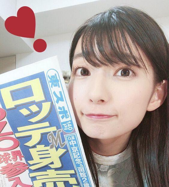 新聞を持った高野麻里佳さん