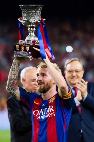 Lionel Messi of FC Barcelona lifts up the trophy after the Spanish Super Cup Final second leg match between FC Barcelona and Sevilla FC at Camp Nou on August 17, 2016 in Barcelona, Catalonia.