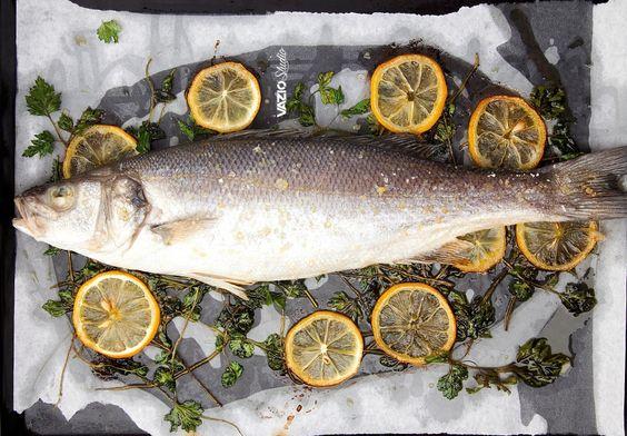 O robalo é peixe de carne branca e delicada. Combina muito bem com o forno e com um bom cheirinho como o da salsa
