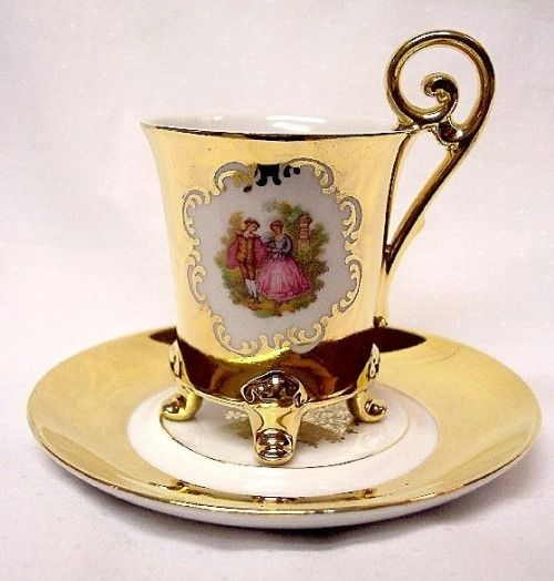 While living in Germany, I loved to visit little shops that stocked pretty china...so many lovely things to see.