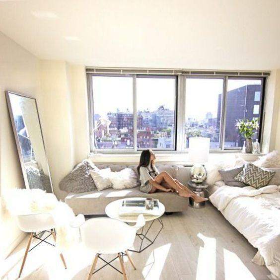 petit studio chic, sol en parquet clair, meubles de salon gris, grande fenetre
