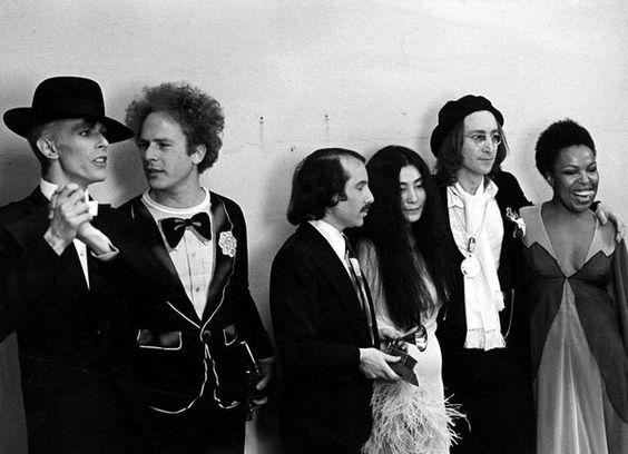 David Bowie, Art Garfunkel, Paul Simon, Yoko Ono, John Lennon et Roberta Flack lors de la 17e cérémonie des Grammy Awards.