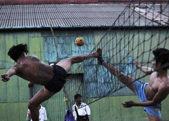 Le SEPAK TAKRAW takraw se joue sur un terrain de volley. Mais les joueurs ne peuvent utiliser que les pieds, les genoux, les épaules ou la tête pour contrôler la balle. Cette dernière est réalisée en rotin tressé (du palmier). De même que pour le volley, l'équipe marque un point quand la balle touche le sol dans le camp adverse. En Thaïlande, cette discipline très impressionnante est considérée comme sport national au même titre que la boxe thaïe. © Mark Avery/Zuma/Visual Press Agency