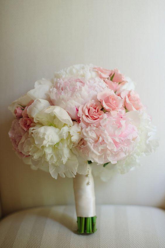 un bouquet de mariée blanc et rose poudré