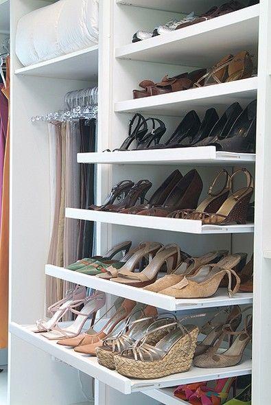 Em cada uma das prateleiras de correr, a moradora guarda seis pares de sapatos: três na frente e três atrás: