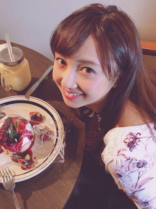 ケーキとツーショットを撮る小宮有紗