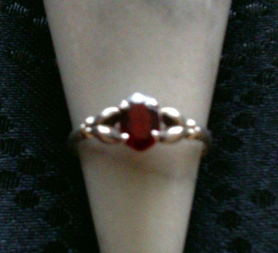 Es handelt sich um einen Jugendstil Granat-Ring, in Silber, ohne Stempel. Der Stein ist in ein florales Motiv, mit Krappen, gefasst. Der Granat ist oval, facettiert, 7 mm hoch, 5 mm breit. Sehr...