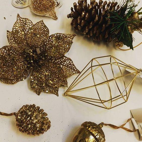 Comment allez-vous décorer votre sapin ? Plutôt doré ?  Trouvez des idées et tout le nécessaire pour décorer votre maison chez cora !  #gold  #christmas  # #sapin  #or  #pommedepin  #idee  #fête  #décoration  #Liege  #corarocourt