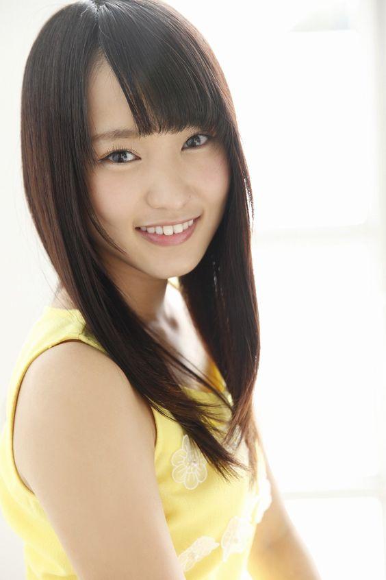 黄色い服の菅井友香