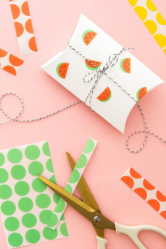Use office color coding labels to instantly create cute watermelon stickers! Click through for the video tutorial on making these fun watermelon gift boxes.: