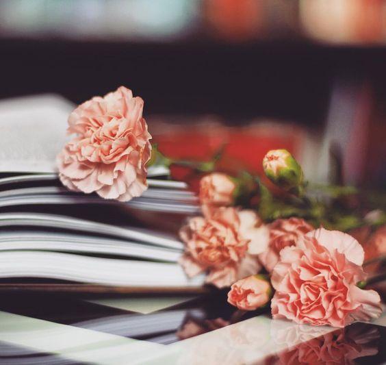 Czwartek to już prawie weekend! 😱🤓 Jakie macie plany? Praca czy relax? 😊😜😎 #książka #książki #book #books #bookgeek #booklover #bookaholic #kwiaty #kwiat #artystycznie #bookporn #ktoczytaniebłądzi