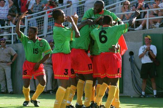 Cameroon 2 Sweden 2 in 1994 in Pasadena. David Embe is mobbed after making it 1-1 in Group B #WorldCupFinals