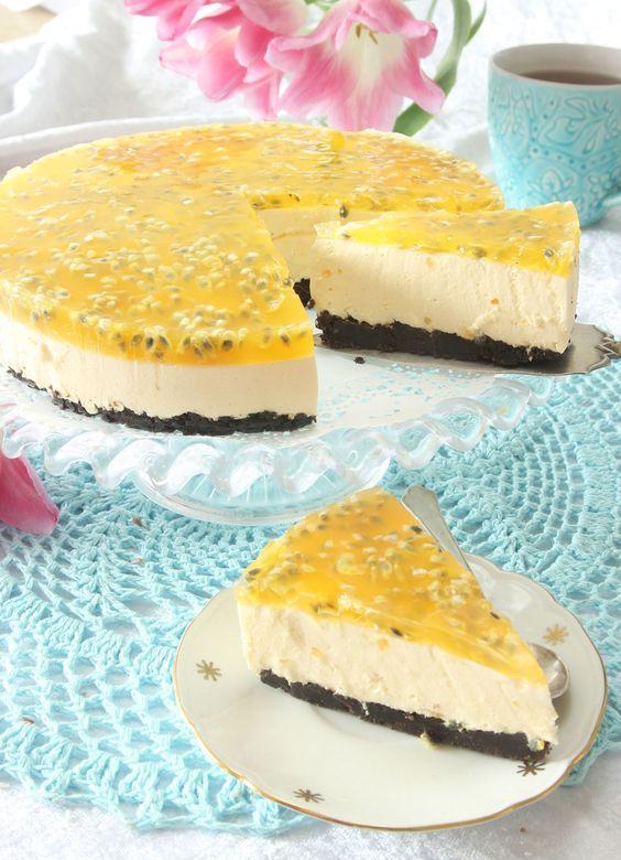 Festens höjdpunkt! Frisk och smakrik passionsmoussetårta på en läcker, smulig Oreobotten.