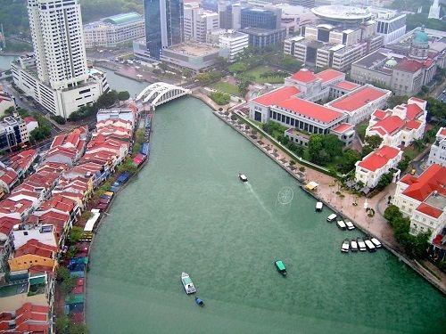 Du khách có thể mua vé tàu du lịch đi dạo trên con sông trong lành