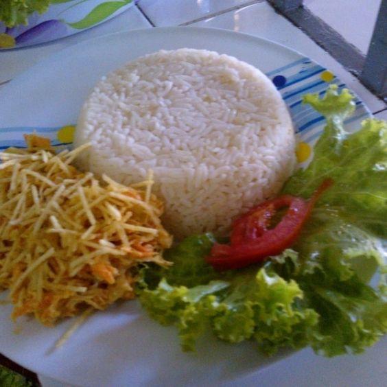 Salpicão, arroz refogado com salada regada ao azeite. Alquimia do Amor Por que cozinhar é um modo de amar as pessoas