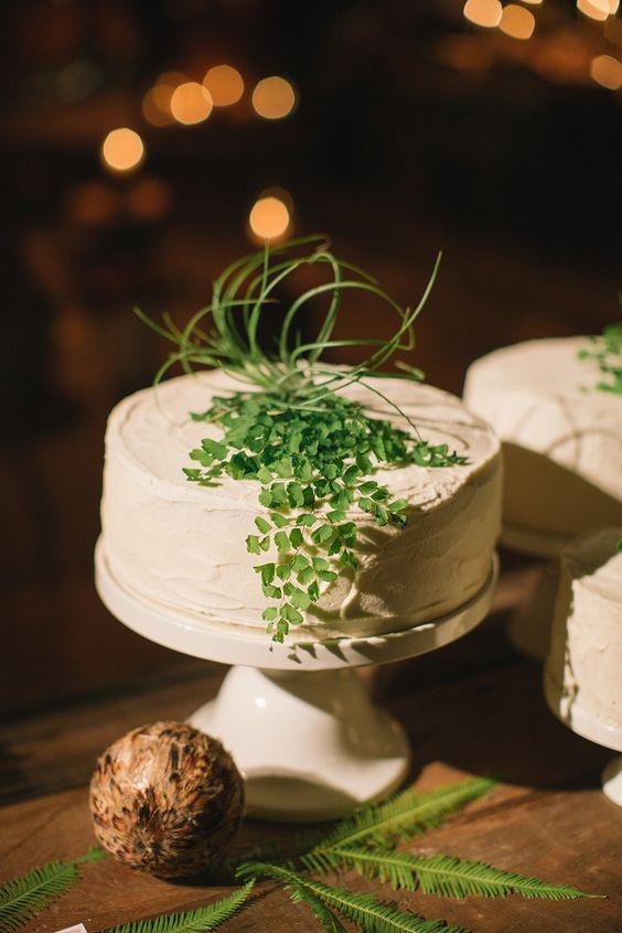 Fern cake. Fox and Fawn. Photography: Delbarr Moradi - delbarrmoradi.com | #weddingcake #woodland