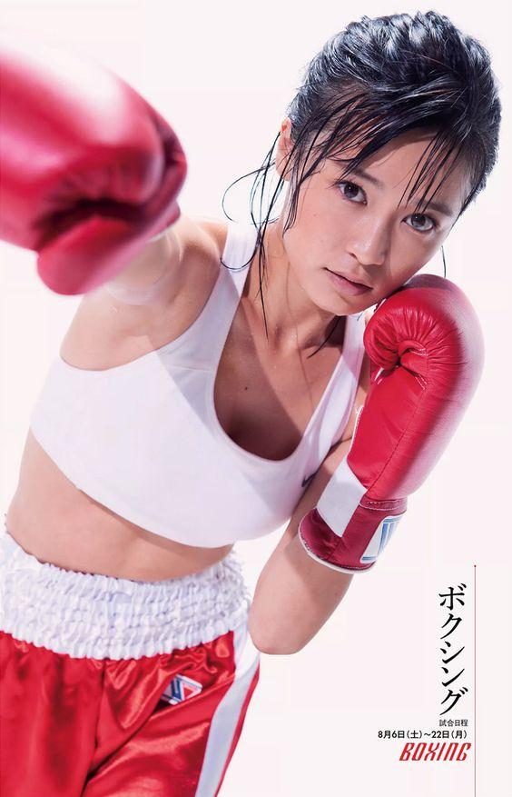 ボクシングローブを着けたかわいい小島瑠璃子