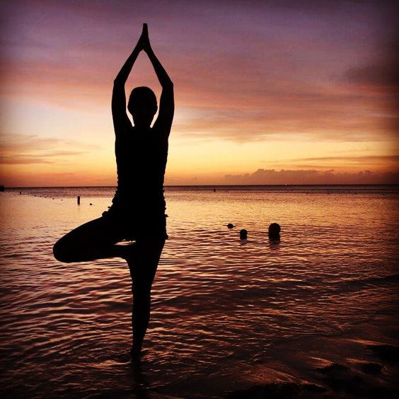 Vrkasana #yoga #sunset #Aruba # el árbol en la playa