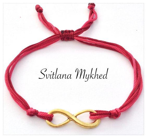 Bracelet Infini métal doré . Cordon satin rose. Fermeture coulissante. : Bracelet par perles-et-couronnes