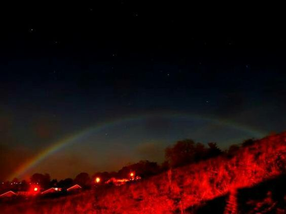 Arcoiris lunar! Un arco iris lunar (también conocido como arco iris blanco) es un arco iris que ocurre de noche. Los arco iris lunares son relativamente tenues, debido a la escasa cantidad de luz que llega desde la Luna. Como los arco iris, los arco iris lunares se encuentran siempre en el lado opuesto del cielo desde el que llega la luz de la luna. Es difícil distinguir los colores en un arco iris lunar porque la luz es generalmente demasiado débil para excitar los conos receptores de…