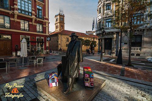 El Regreso de W.  Aresensberg,en la Plaza de Porlier durante el 1er. Urban Knitting de Oviedo, Asturias, España.