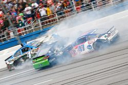 Accidente de Ricky Stenhouse Jr., Roush Fenway Racing Ford, Kevin Harvick, Stewart-Haas Racing Chevrolet