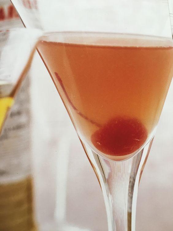 Recept - Trojan Horse - Dit is een heerlijke cocktail met een volle maar zachte smaak. De kleur is erg mooi en met een rode kers maak je het helemaal af.