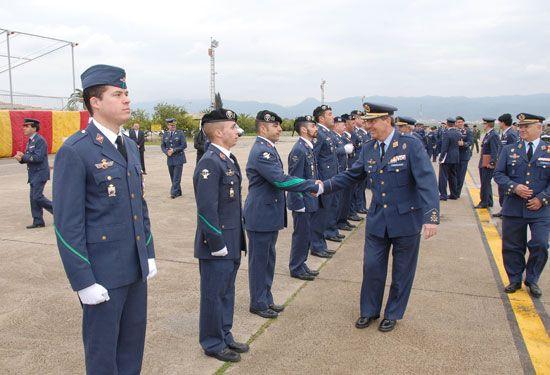 整列する警察官