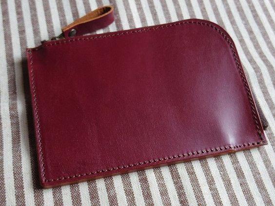 赤い本革で作ったLファスナー財布です。中に、仕切りを兼ねたポケットがひとつだけあるシンプルな作りです。このポケットにはファスナーはついていませんが、ファスナー...|ハンドメイド、手作り、手仕事品の通販・販売・購入ならCreema。