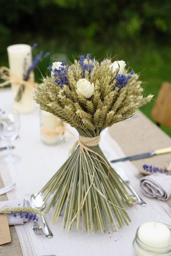 déco de table champêtre - bouquet original composé d'épis de blé, roses blanches et lavande