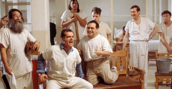 Alguien voló sobre el nido del cuco. Jack Nicholson en su notable actuación que los llevó a ganar su primer Óscar, junto con los cinco premios de la academia. En la imagen también un joven Danny de Vito entre los orates del filme.