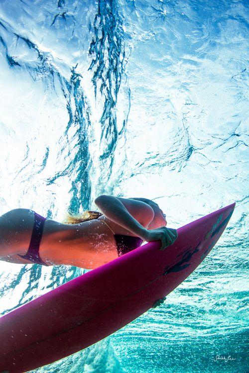 海からみた女性サーファー