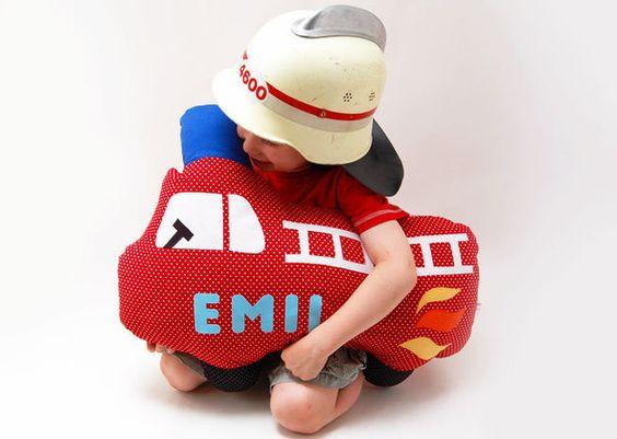 *Ausgefallenes Kopfkissen!*  Im Grundpreis der Feuerwehr sind 4 Stoffbuchstaben enthalten. Jeder weitere Stoffbuchstabe kostet 1€. Die Rückseite ist rot kariert. Die Feuerwehr ist gefüllt mit...