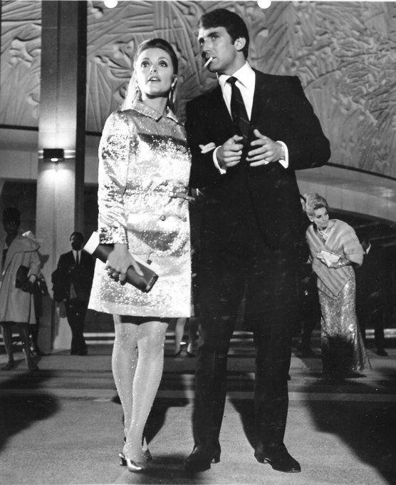 Sharon Tate Con El Actor Tony Scotti 1967 El Valle De Las Muñecas Sharon Tate Actrices Actriz