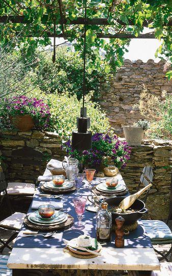 Pergola traditionnelle pour déjeuner à l'ombre.