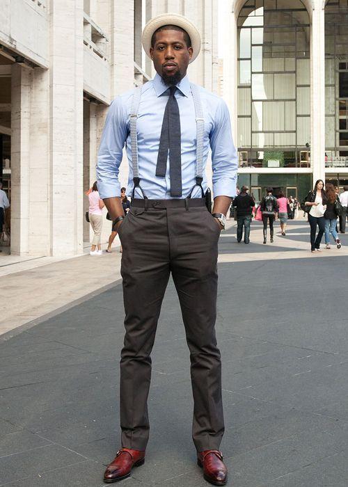 Look masculino com camisa social, chapéu e suspensórios.