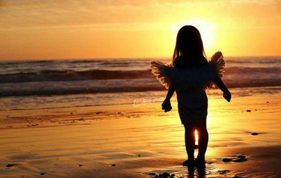 Attendo il tuo ritorno amore mio,come una bimba in riva al mare aspetta il sorgere del Sole,vorrei sentire sulla pelle il calore di un Sole come quello che mi avvolgeva in tempi ormai remoti,so di non meritarlo,so di non meritarti, ma l'amore che mi conduce a te e' grande cosi grande che sa celarsi dietro quella linea di finto confine tra il cielo e il mare.. Ti Amo amor mio e questo non potra' dissolversi o mutare mai! Torna, torna ad essere cio' che sei tu con me,Noi B.Dreams♡: