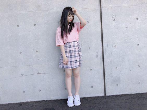 ピンク色Tシャツの矢吹奈子