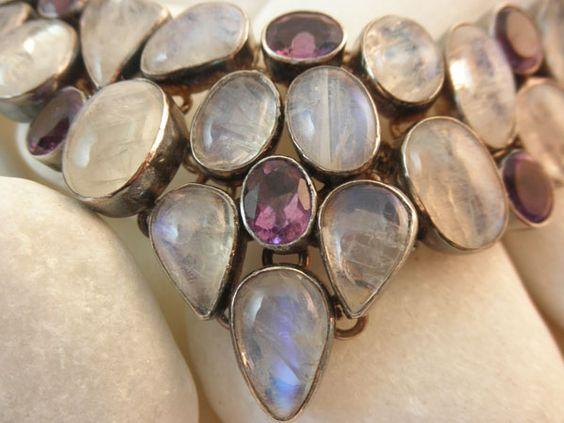 Collar artesanal de plata, Piedra de luna y amatistas de bello diseño asimetrico procedente de India.