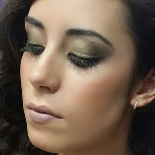 T.C.A COSMETICS: Maquillaje con sombras verdes y doradas.