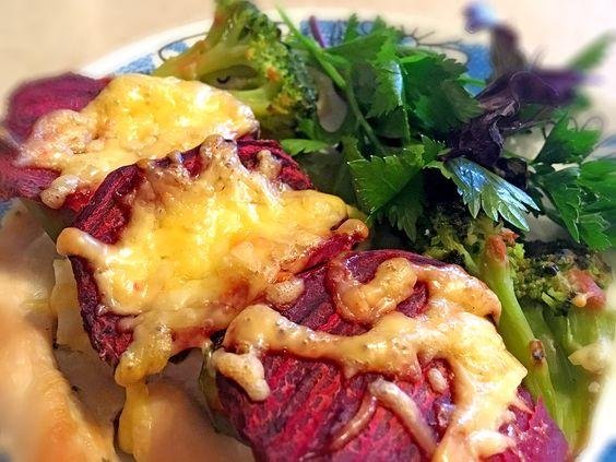 Готовое блюдо: куриное филе, запеченное с брокколи и свеклой под сыром. Фото: Evgenia Shveda