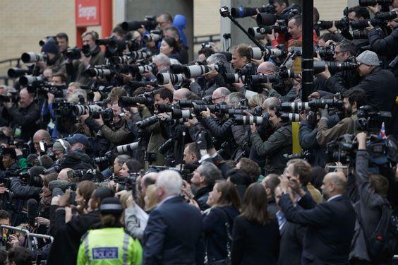 02.05 Quelques photographes étaient présents samedi devant la maternité de St Mary à Londres, peu avant l'apparition du coule princier Kate et William accompagné de leur fille.Photo: Keystone/AP/tim Ireland