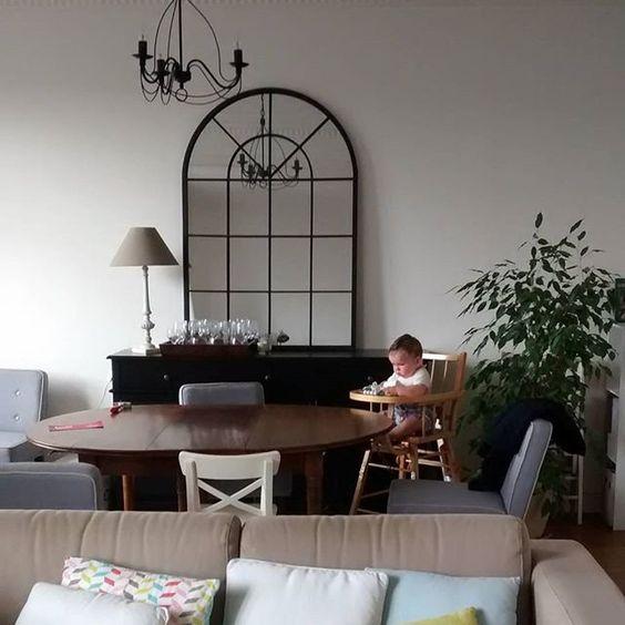 Un grand miroir aux allures de fenetres dans le salon / Living room miror